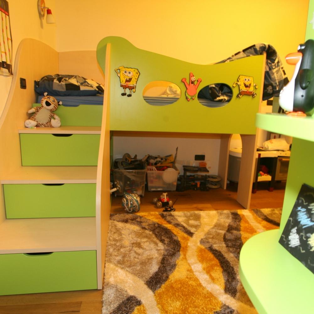 otroška soba z dvižno posteljo