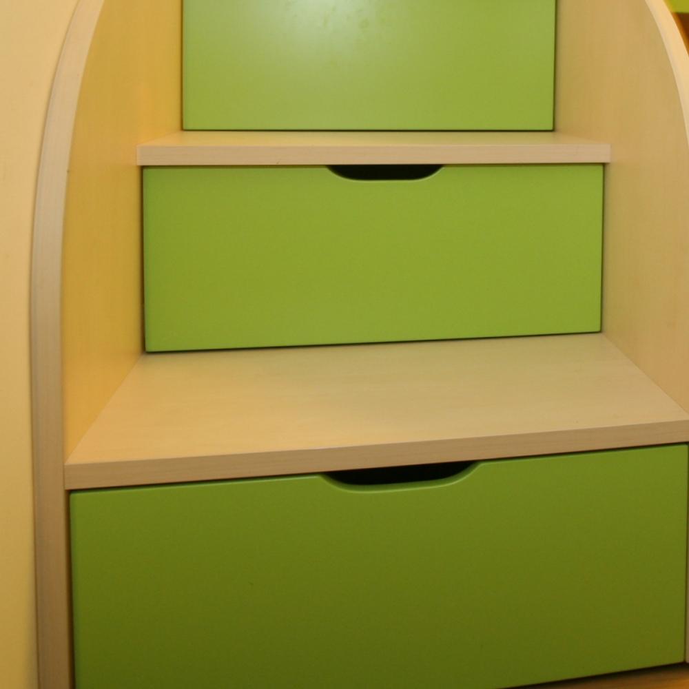 otroška soba z dvižno posteljo in vgrajenimi predali pod stopnicami