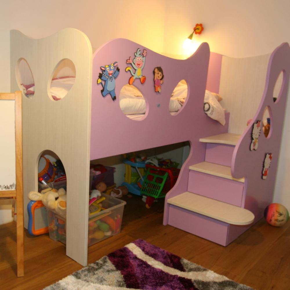 dekliška sobica s pogradom in vgrajenimi predali pod stopnicami