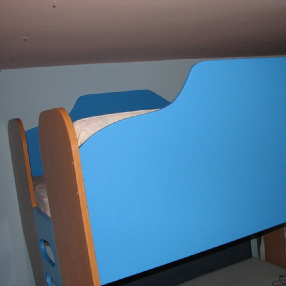 otroški pograd za več oseb nad družinsko posteljo - odličen izkoristek v prostoru