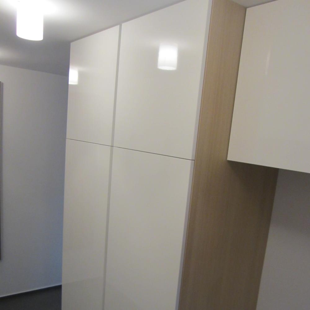 manjša predsoba po meri v beli barvi - z LED osvetlitvijo