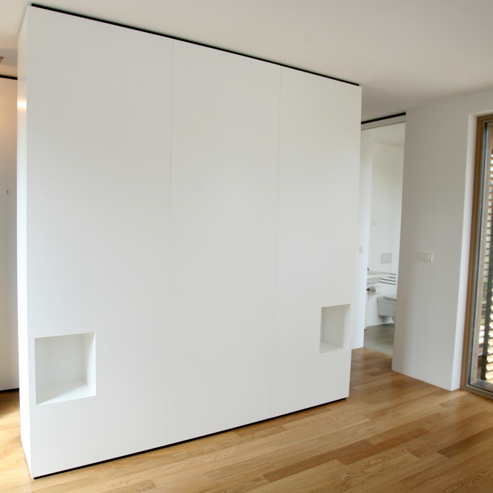belo barvana spalnica v kombinaciji s črnim iveralom