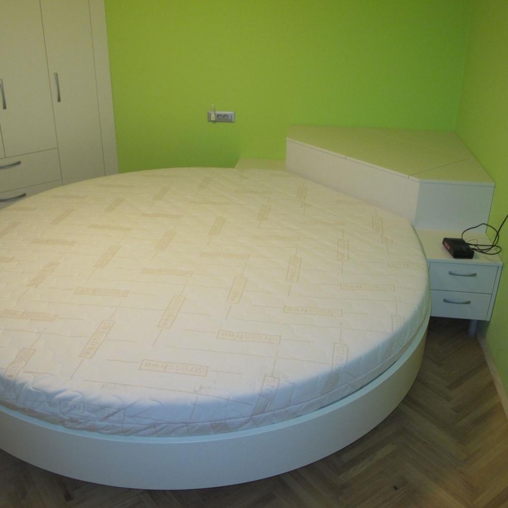 okrogla lakirana postelja