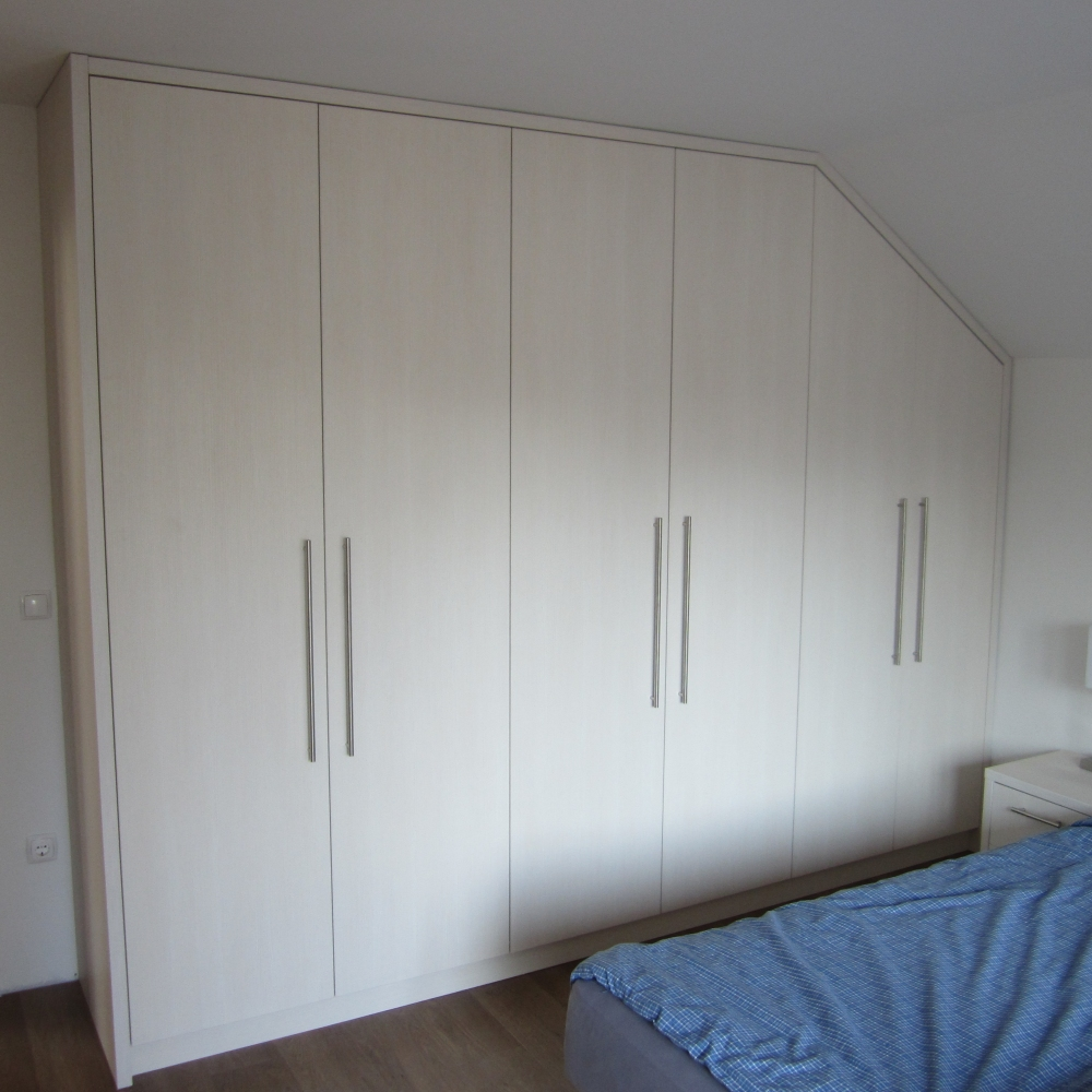 spalnica s premičnimi kotnimi vrati (material: iveral)
