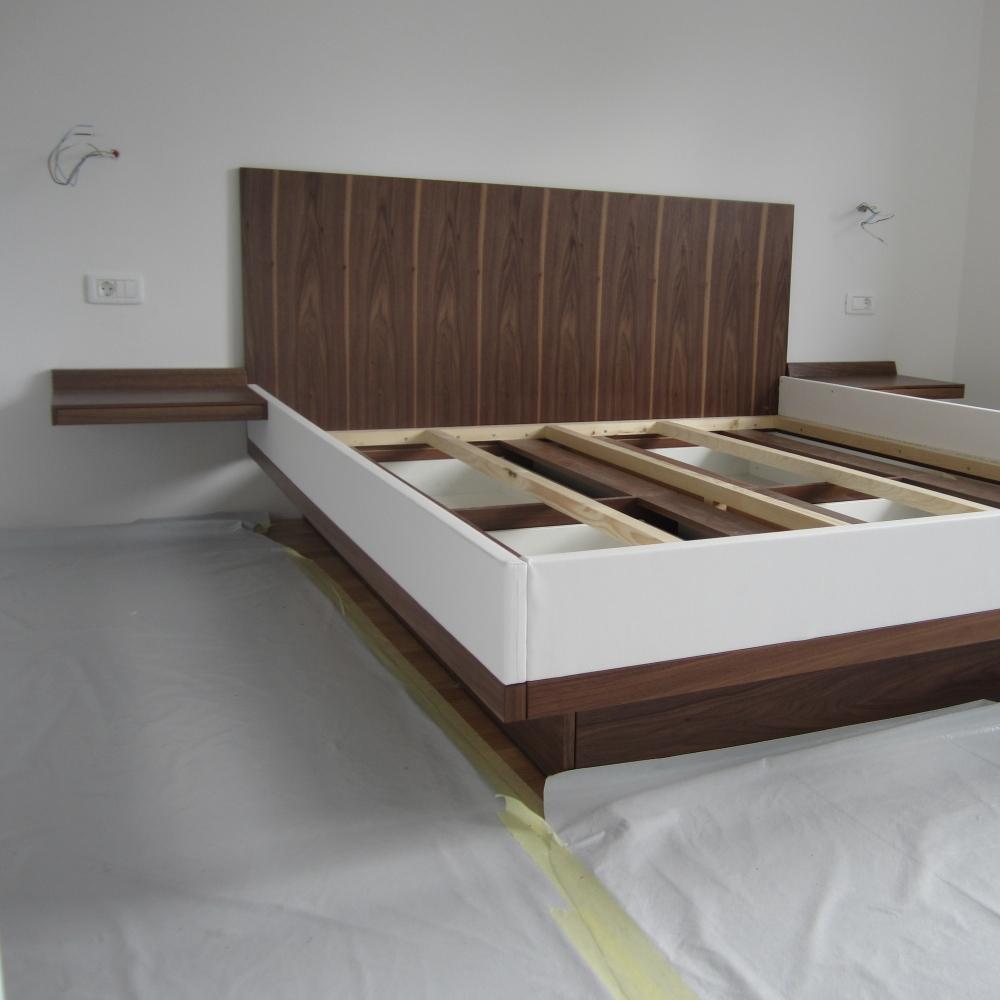 oblazinjena postelja s skritimi ročaji