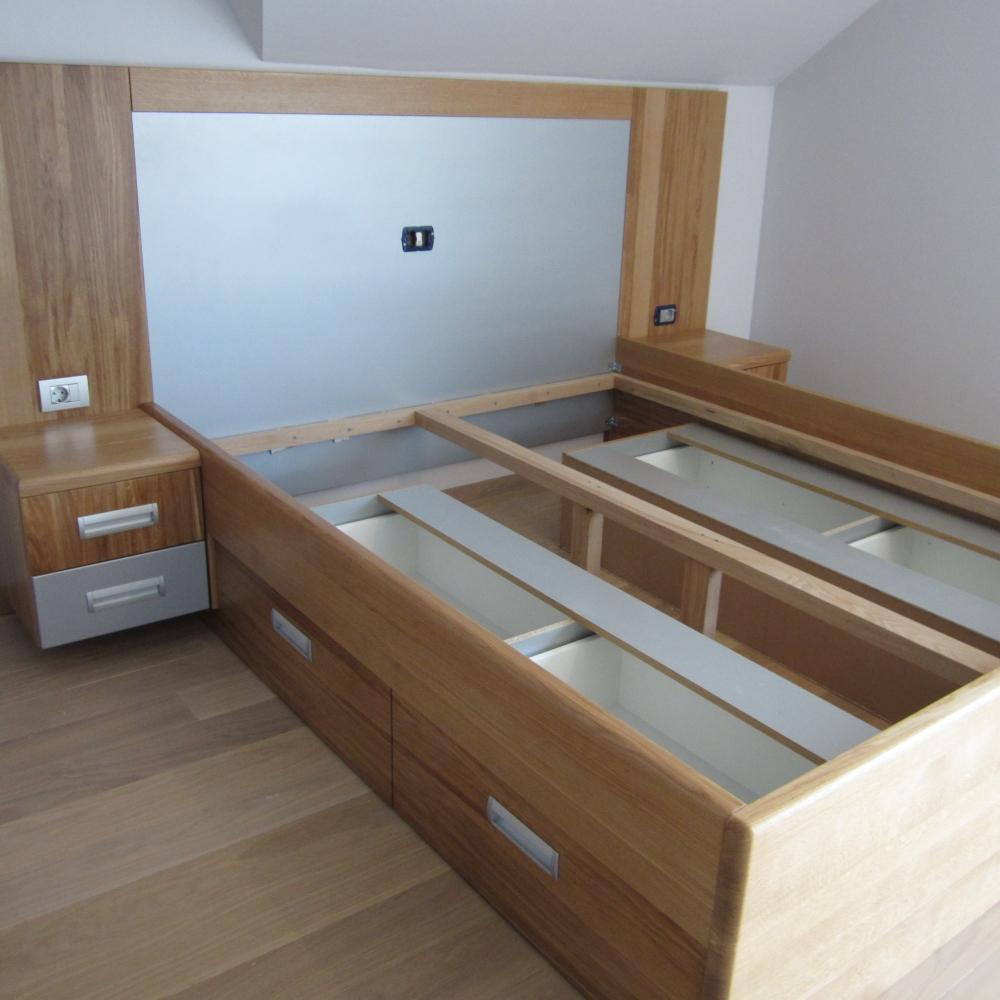 masivna postelja s kombinacijo hrasta in polmat sive barve